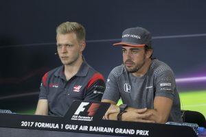 Fotó: A szombati szócsata után találkozott Alonso és Magnussen
