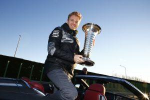 3e43330f26 A szurkolók sokszor meglepik a versenyzőket, olykor jelmezekbe öltöznek  vagy ajándékokat készítenek, de Nico Rosberggel egy egészen más dolog  történt.