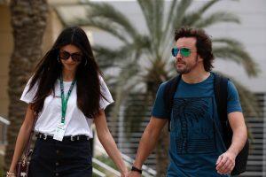 Fotó: Félmeztelenül pózol Alonso barátnője