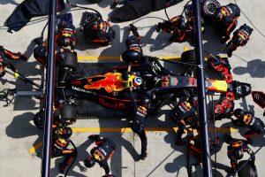 Videó: Zseniális dupla kerékcsere a Red Bullnál