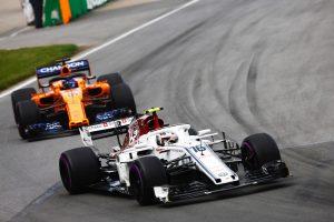 Fotó: Leclerctől is kapott egy sisakot Alonso
