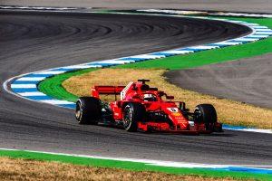 Gyorshír: Vettel az élen haladva falnak ment és kiesett