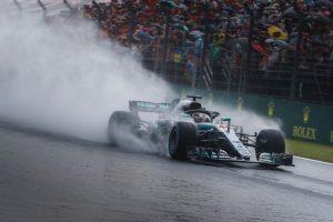 Videó: Hamilton pole-köre az esős Hungaroringről