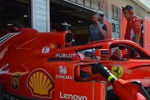 Fotó: A Ferrari Szingapúrban is hülyét csinál az FIA-ból