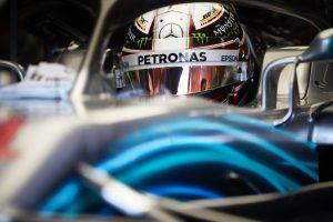 Hamilton: Legalább az egyik Ferrarit le kell nyomnom a rajtnál