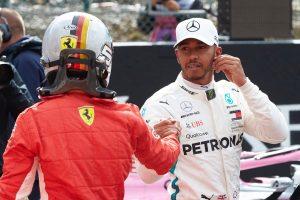 Kölcsönös tisztelet: Sisakot cserélt Hamilton és Vettel