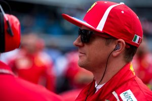 Fotó: Räikkönen egy csoportnyi gyerkőc társaságában pózol