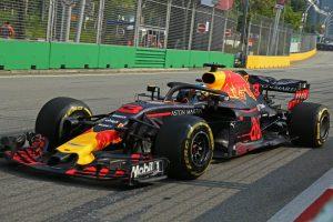 A Red Bullok az élen, Leclerc autót tört Szingapúrban