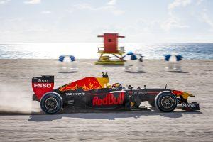 Videó: F1-es autóval a Sziklás-hegységből Miamiba
