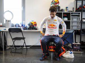 Videó: Ricciardo énekelve biciklizget