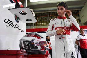 Komoly segítője lesz Leclercnek a Ferrarinál