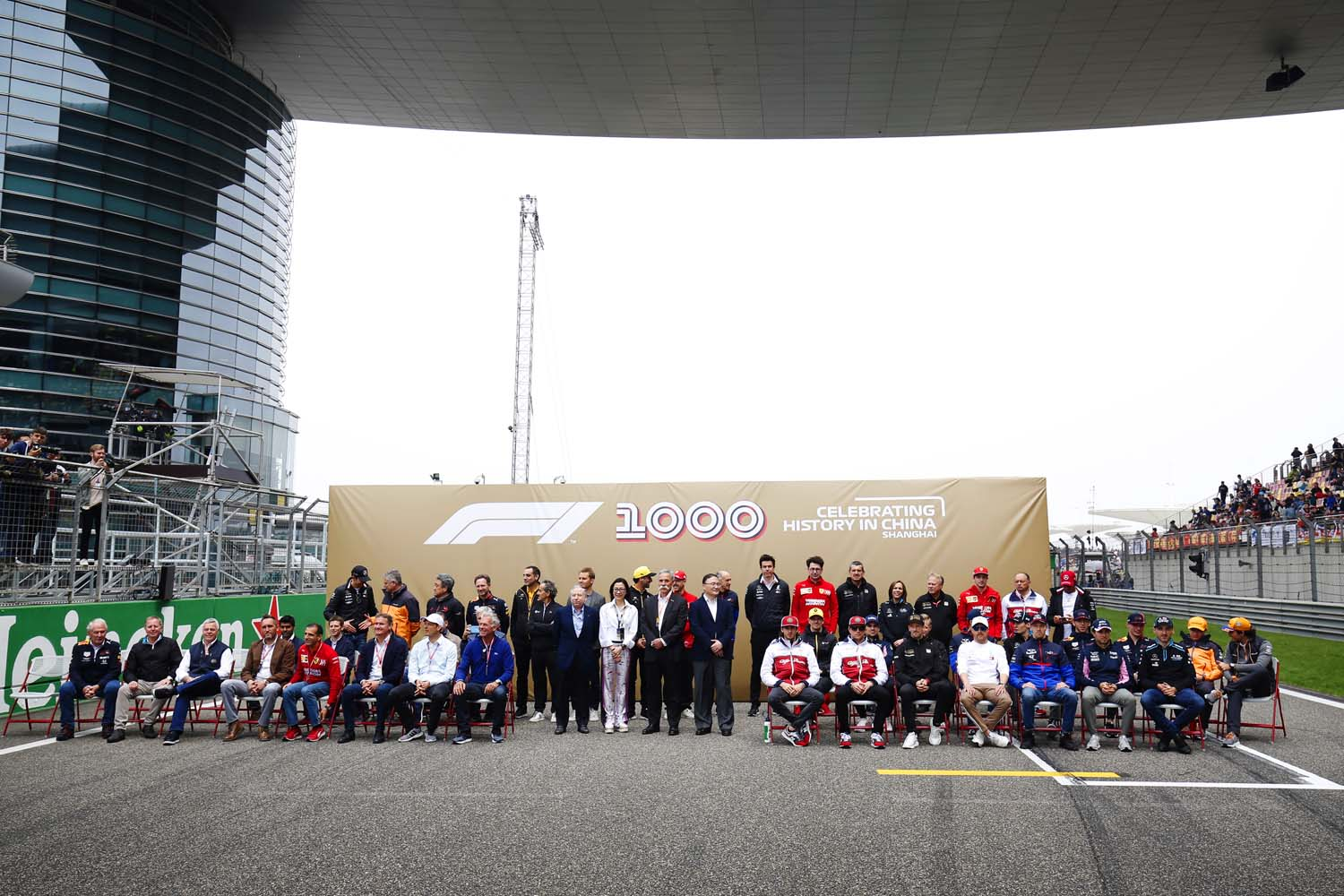 F1 personnel pose for a photo to commemorate the 1000th Grand Prix