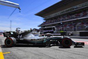 Hamilton fél másodperccel a Ferrarik előtt Barcelonában