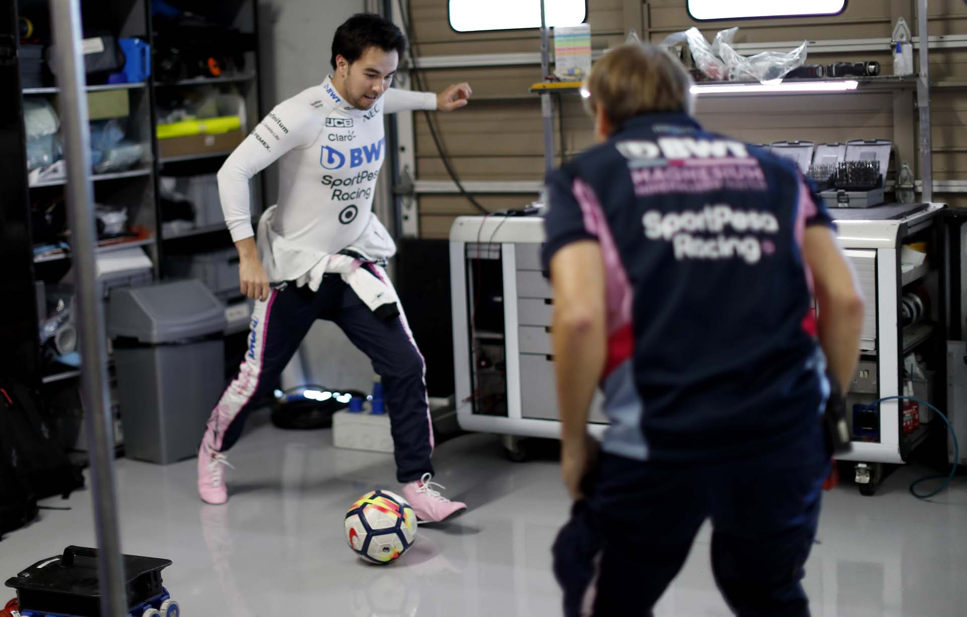 Sergio Perez, Racing Point plays football in the garage
