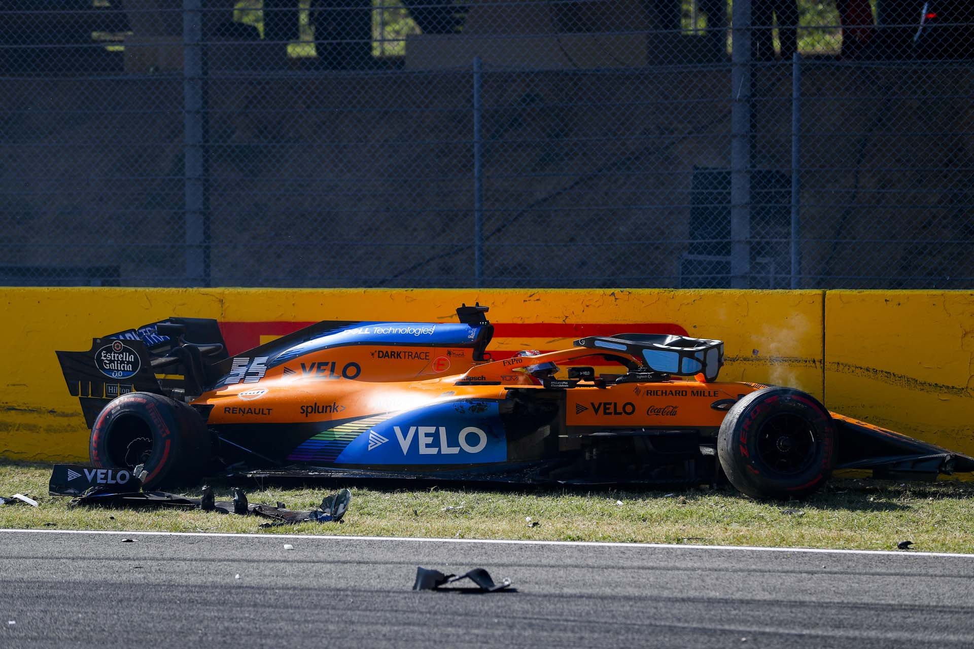 Carlos Sainz, McLaren MCL35, crashes out