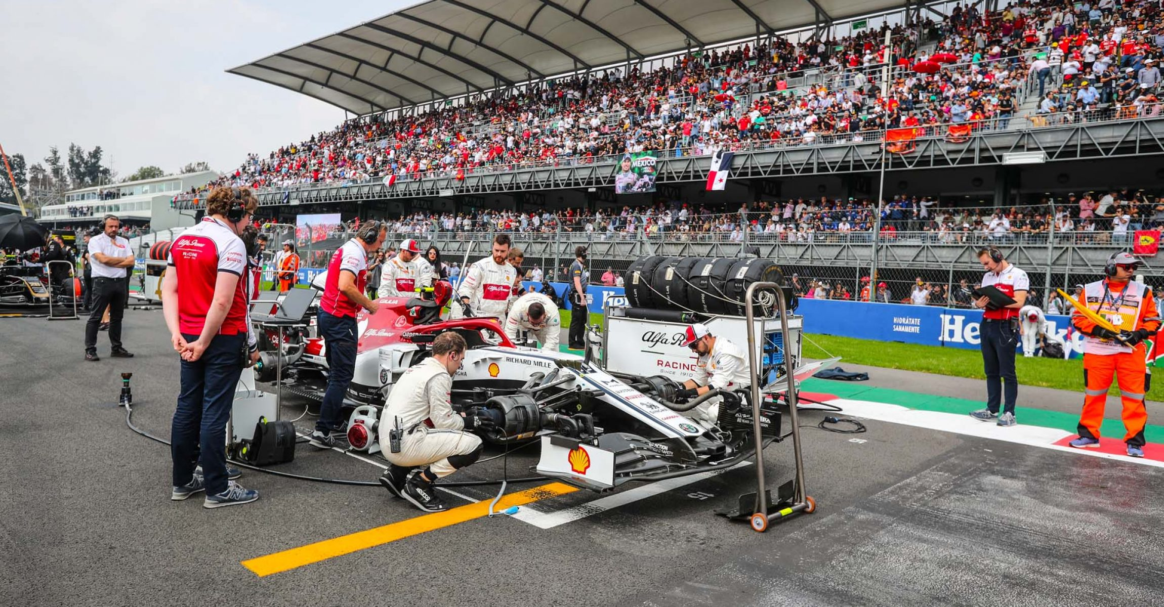 99 GIOVINAZZI Antonio (ita), Alfa Romeo Racing C38, ambiance starting grid during the 2019 Formula One World Championship, Mexico Grand Prix from october 24 to 27 in Mexico - Photo Antonin Vincent / DPPI
