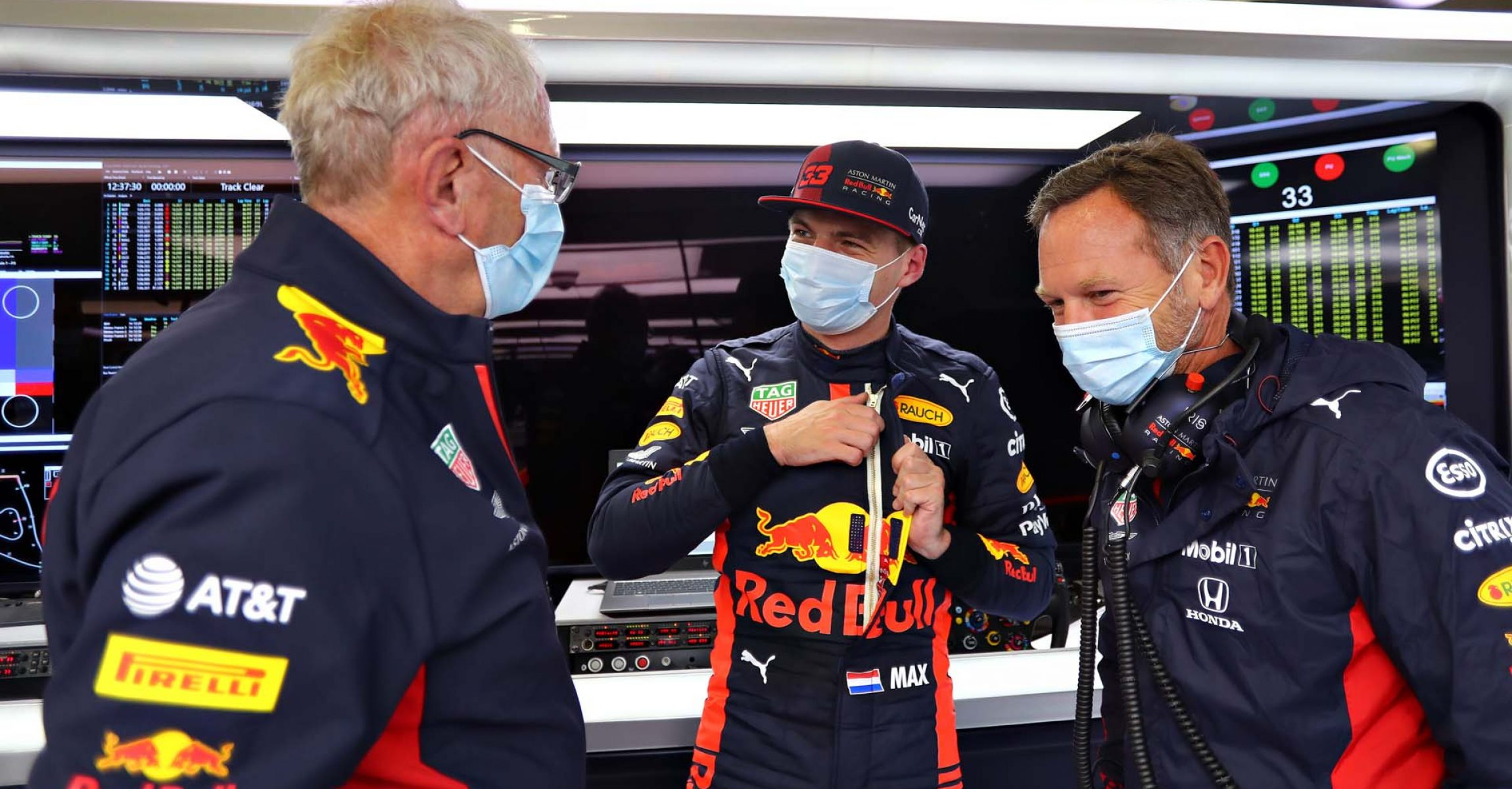 SPIELBERG, AUSTRIA - JULY 03: Max Verstappen of Netherlands and Red Bull Racing, Red Bull Racing Team Principal Christian Horner and Red Bull Racing Team Consultant Dr Helmut Marko talk in the garage during practice for the F1 Grand Prix of Austria at Red Bull Ring on July 03, 2020 in Spielberg, Austria. (Photo by Getty Images/Getty Images) // Getty Images / Red Bull Content Pool // AP-24H29JPFD2111 // Usage for editorial use only //