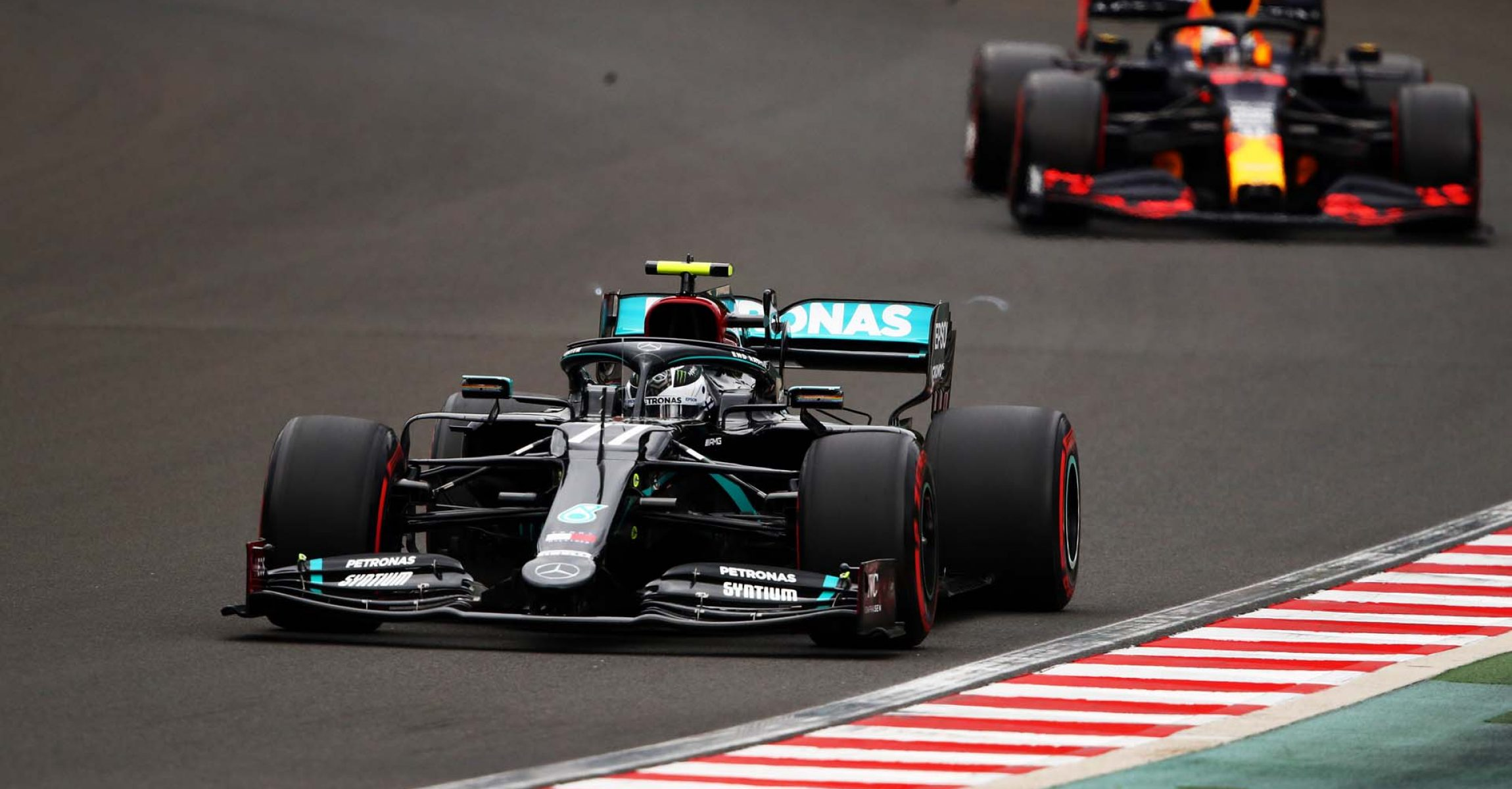 BUDAPEST, HUNGARY - JULY 18: Valtteri Bottas of Finland driving the (77) Mercedes AMG Petronas F1 Team Mercedes W11 leads Max Verstappen of the Netherlands driving the (33) Aston Martin Red Bull Racing RB16 on track during qualifying for the F1 Grand Prix of Hungary at Hungaroring on July 18, 2020 in Budapest, Hungary. (Photo by Bryn Lennon/Getty Images) // Getty Images / Red Bull Content Pool  // AP-24NVE9JVD1W11 // Usage for editorial use only //