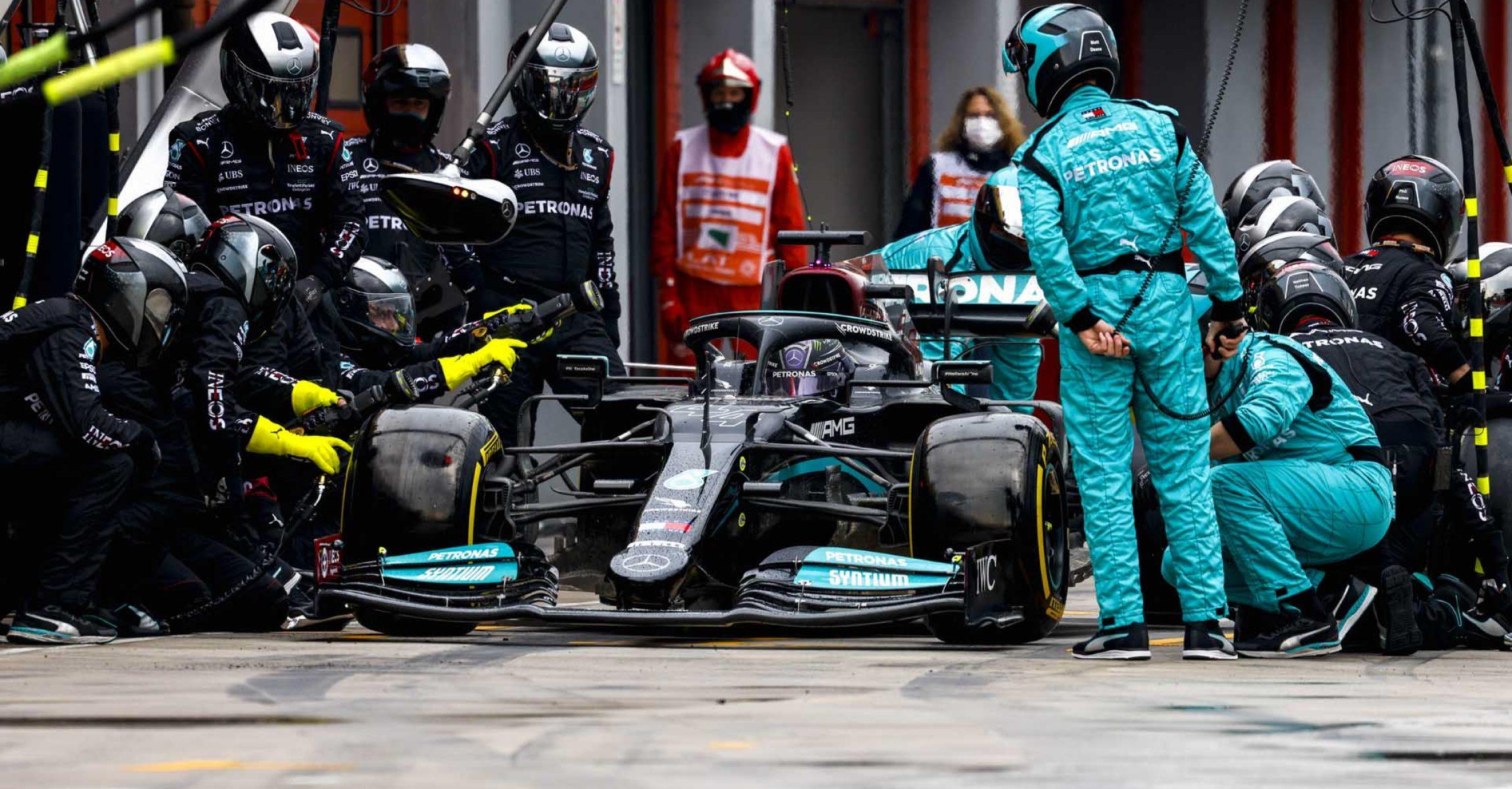 2021 Emilia Romagna Grand Prix, Sunday - LAT Images Lewis Hamilton pitstop Mercedes