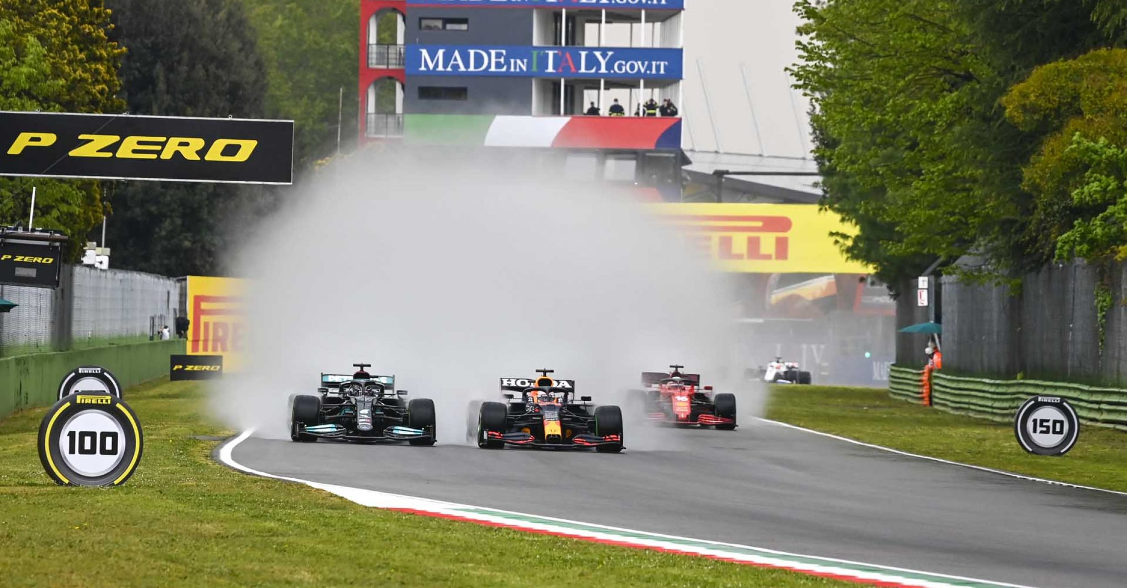 AUTODROMO INTERNAZIONALE ENZO E DINO FERRARI, ITALY - APRIL 18: lh and Max Verstappen, Red Bull Racing RB16B battle at the start of the race during the Emilia Romagna GP at Autodromo Internazionale Enzo e Dino Ferrari on Sunday April 18, 2021 in imola, Italy. (Photo by Mark Sutton / LAT Images)