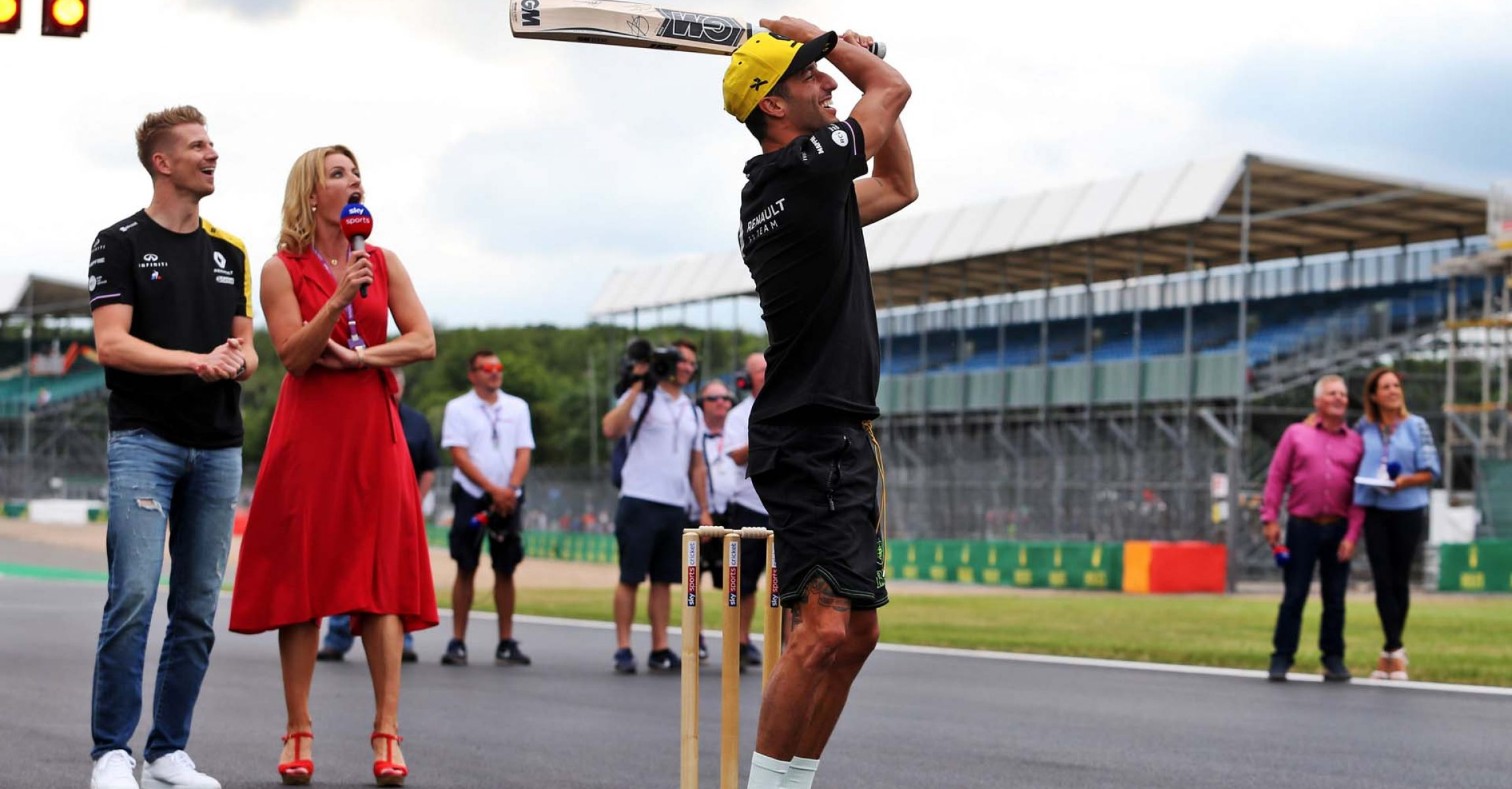 Daniel Ricciardo (AUS) Renault F1 Team and Nico Hulkenberg (GER) Renault F1 Team play cricket. British Grand Prix, Thursday 11th July 2019. Silverstone, England.