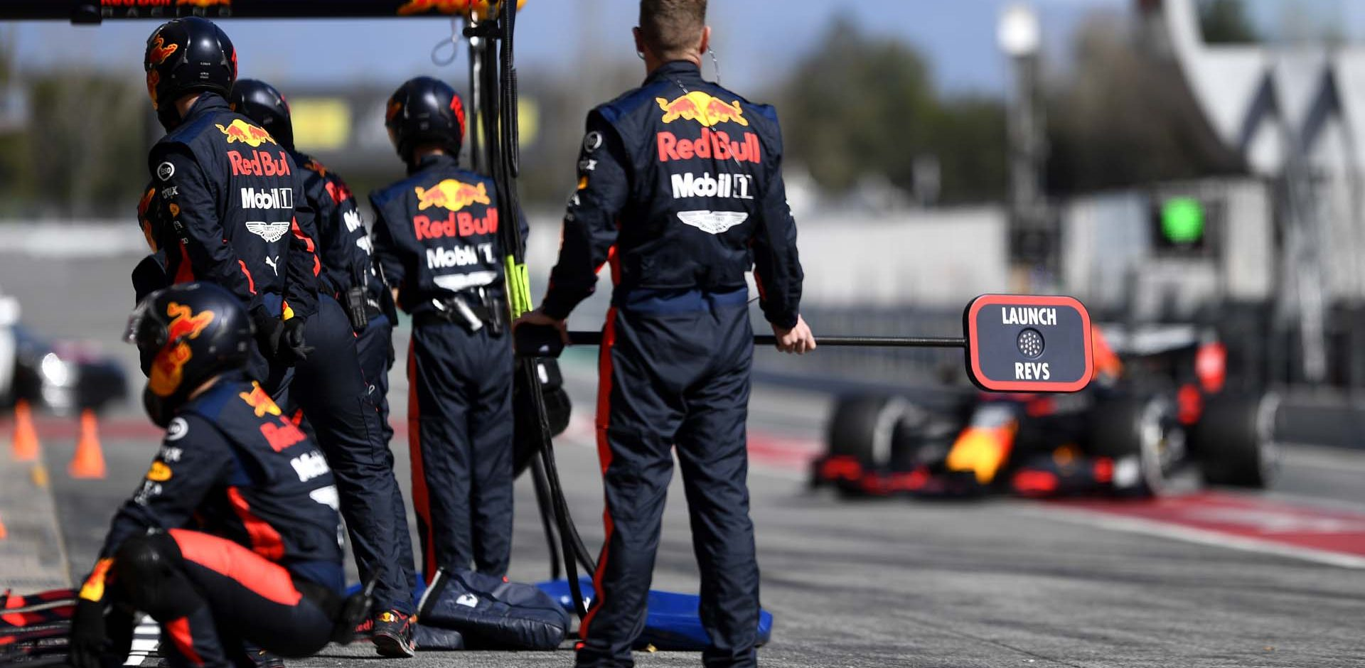 BARCELONA, SPAIN - FEBRUARY 27: The Red Bull Racing team prepare for a pit stop during Day Two of F1 Winter Testing at Circuit de Barcelona-Catalunya on February 27, 2020 in Barcelona, Spain. (Photo by Rudy Carezzevoli/Getty Images) // Getty Images / Red Bull Content Pool  // AP-2384XX81D1W11 // Usage for editorial use only //