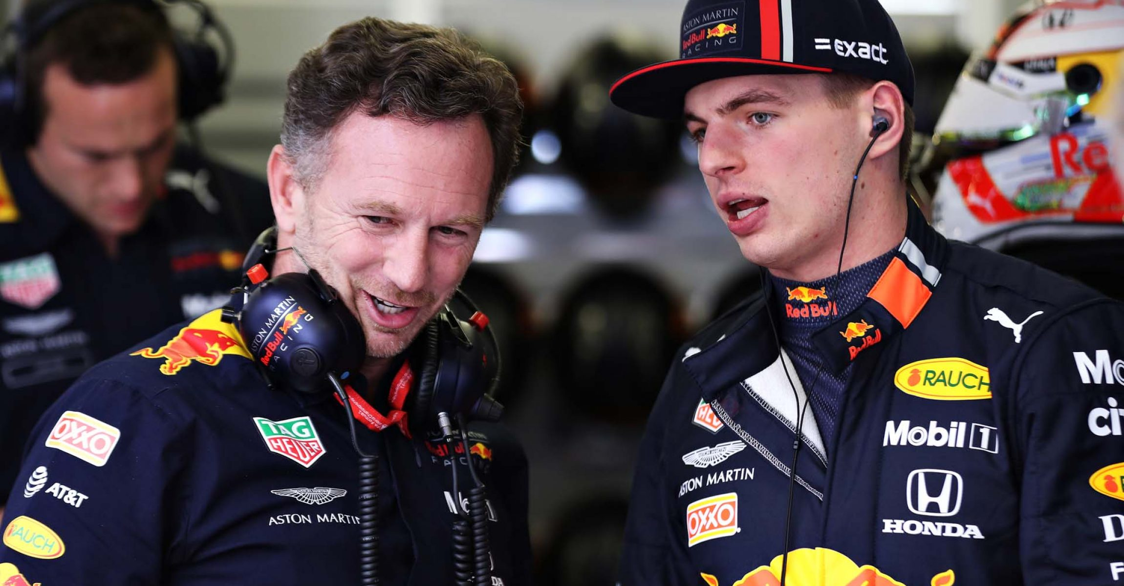 MEXICO CITY, MEXICO - OCTOBER 26: Red Bull Racing Team Principal Christian Horner talks with Max Verstappen of Netherlands and Red Bull Racing in the garage during qualifying for the F1 Grand Prix of Mexico at Autodromo Hermanos Rodriguez on October 26, 2019 in Mexico City, Mexico. (Photo by Mark Thompson/Getty Images) // Getty Images / Red Bull Content Pool // AP-21ZAPQ2EH2111 // Usage for editorial use only //