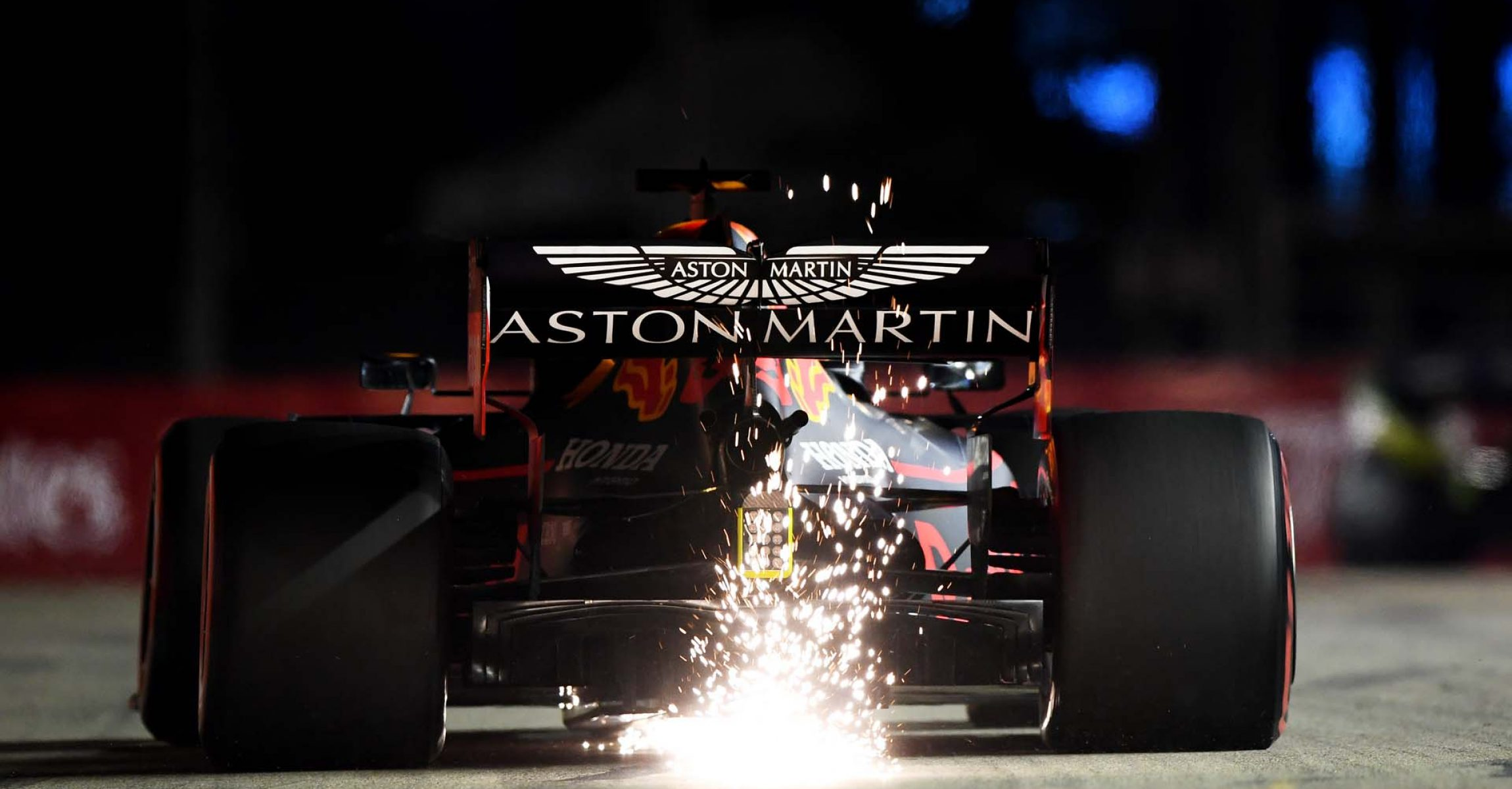 SINGAPORE, SINGAPORE - SEPTEMBER 20: Sparks fly behind Max Verstappen of the Netherlands driving the (33) Aston Martin Red Bull Racing RB15 on track during practice for the F1 Grand Prix of Singapore at Marina Bay Street Circuit on September 20, 2019 in Singapore. (Photo by Clive Mason/Getty Images) // Getty Images / Red Bull Content Pool  // AP-21MNRT61D2111 // Usage for editorial use only //