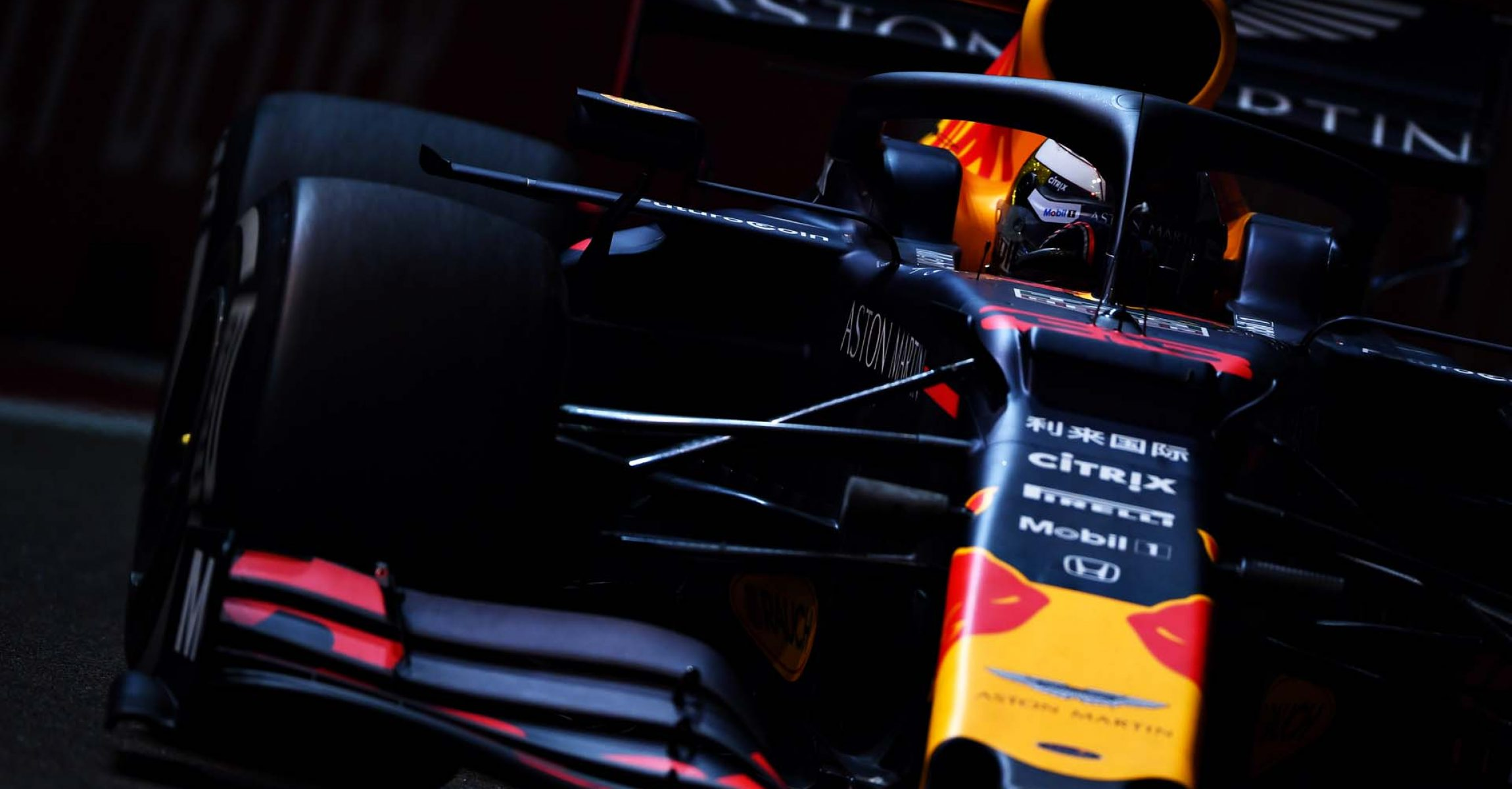 SINGAPORE, SINGAPORE - SEPTEMBER 20: Max Verstappen of the Netherlands driving the (33) Aston Martin Red Bull Racing RB15 on track during practice for the F1 Grand Prix of Singapore at Marina Bay Street Circuit on September 20, 2019 in Singapore. (Photo by Clive Mason/Getty Images) // Getty Images / Red Bull Content Pool  // AP-21MNZ57JW1W11 // Usage for editorial use only //