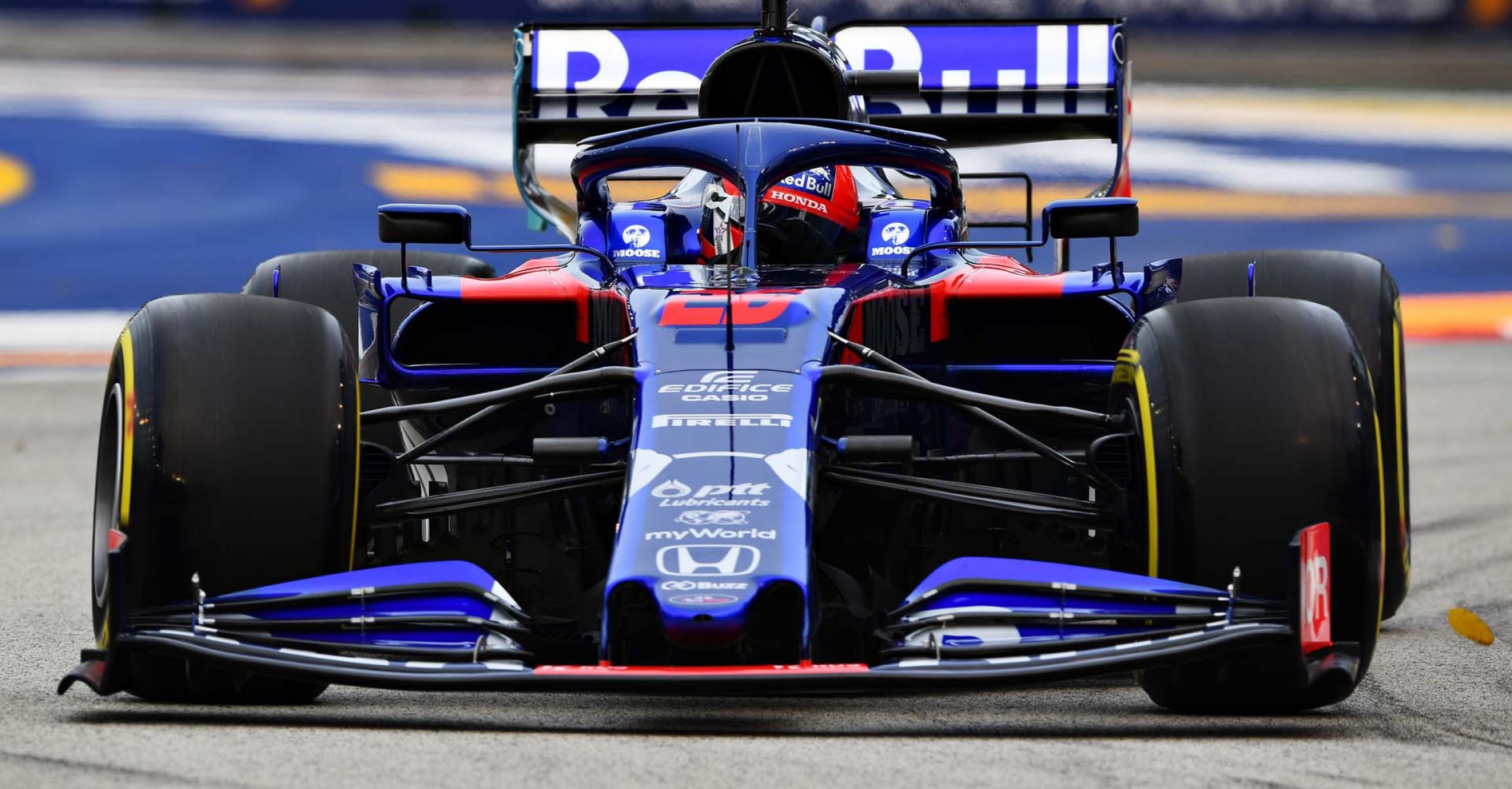 SINGAPORE, SINGAPORE - SEPTEMBER 20: Daniil Kvyat driving the (26) Scuderia Toro Rosso STR14 Honda on track during practice for the F1 Grand Prix of Singapore at Marina Bay Street Circuit on September 20, 2019 in Singapore. (Photo by Clive Mason/Getty Images) // Getty Images / Red Bull Content Pool  // AP-21MKMKSBW2111 // Usage for editorial use only //