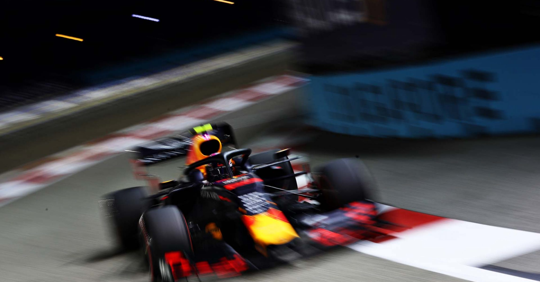 SINGAPORE, SINGAPORE - SEPTEMBER 21: Alexander Albon of Thailand driving the (23) Aston Martin Red Bull Racing RB15 on track during qualifying for the F1 Grand Prix of Singapore at Marina Bay Street Circuit on September 21, 2019 in Singapore. (Photo by Mark Thompson/Getty Images) // Getty Images / Red Bull Content Pool // AP-21MZMQC851W11 // Usage for editorial use only //