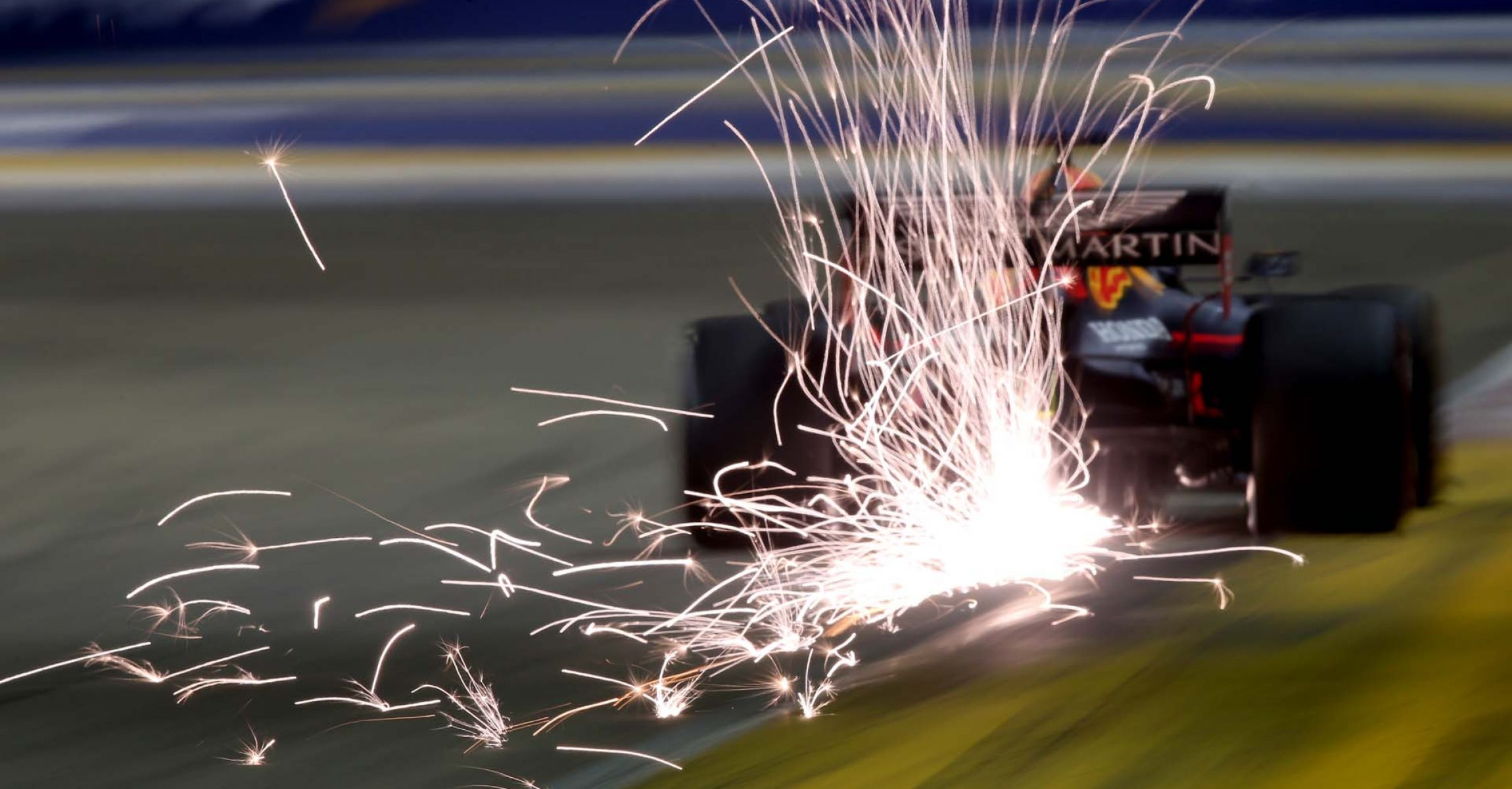 SINGAPORE, SINGAPORE - SEPTEMBER 21: Sparks fly behind Max Verstappen of the Netherlands driving the (33) Aston Martin Red Bull Racing RB15 on track during qualifying for the F1 Grand Prix of Singapore at Marina Bay Street Circuit on September 21, 2019 in Singapore. (Photo by Charles Coates/Getty Images) // Getty Images / Red Bull Content Pool  // AP-21MZU3ZYW1W11 // Usage for editorial use only //
