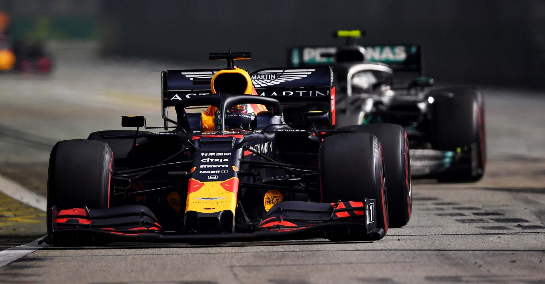 SINGAPORE, SINGAPORE - SEPTEMBER 22: Max Verstappen of the Netherlands driving the (33) Aston Martin Red Bull Racing RB15 leads Valtteri Bottas driving the (77) Mercedes AMG Petronas F1 Team Mercedes W10 on track during the F1 Grand Prix of Singapore at Marina Bay Street Circuit on September 22, 2019 in Singapore. (Photo by Clive Mason/Getty Images) // Getty Images / Red Bull Content Pool  // AP-21NA3RX8D1W11 // Usage for editorial use only //