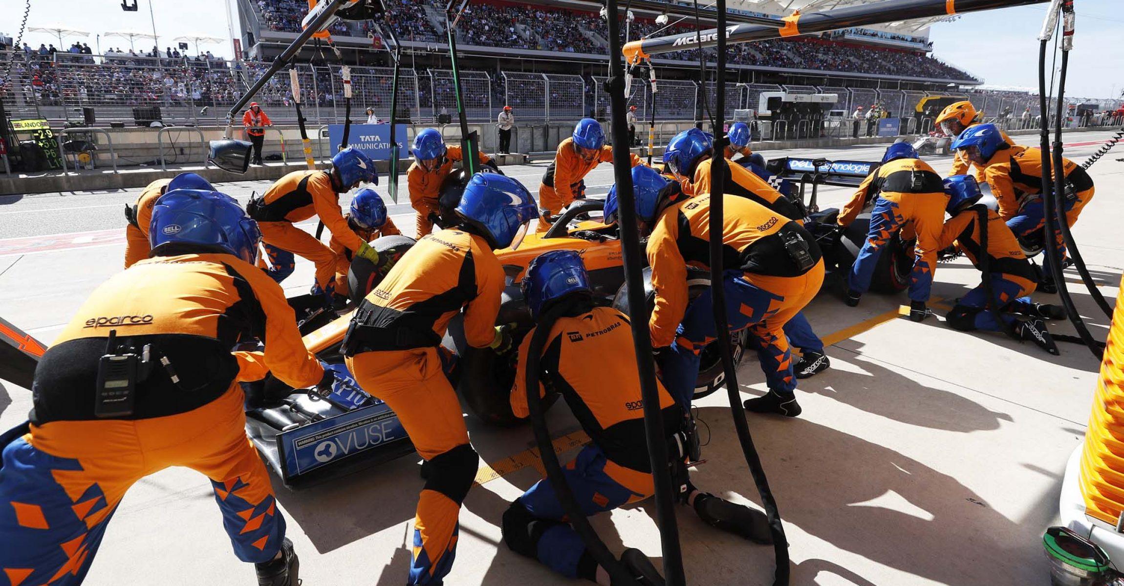 Carlos Sainz, McLaren MCL34, pit stop