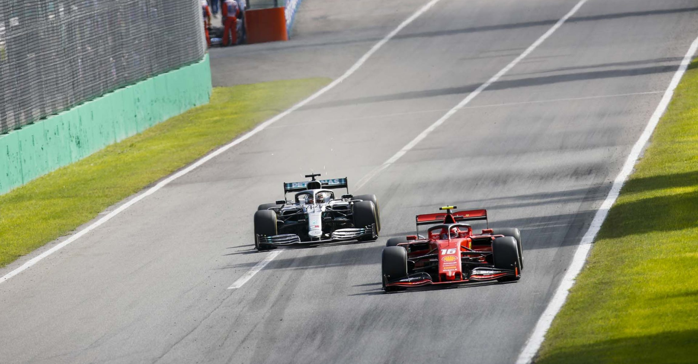 AUTODROMO NAZIONALE MONZA, ITALY - SEPTEMBER 08: Charles Leclerc, Ferrari SF90 and Lewis Hamilton, Mercedes AMG F1 W10 battle during the Italian GP at Autodromo Nazionale Monza on September 08, 2019 in Autodromo Nazionale Monza, Italy. (Photo by Joe Portlock / LAT Images)